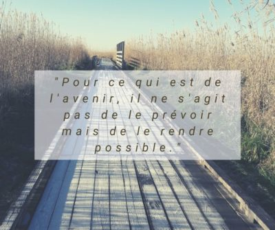 Une citation, attribuée à Antoine de Saint-Exupéry, qui me porte depuis la création de mon entreprise qui parle de fonder le présent pour rendre l'avenir possible. Karine Agnez Sophrologie Coaching à Savenay